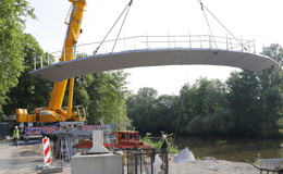 Auf der Zielgeraden: Erstes Fulda-Brückenteil auf Fundament gehoben