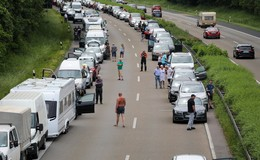 Vier Stunden Stillstand auf der A7: Menschen und Tiere bei Hitze gefordert