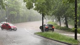 Schweres Gewitter zieht über Region hinweg: Straßen überflutet