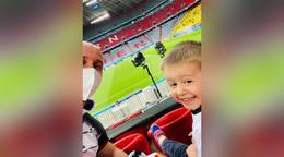 Vater und Sohn beim EM-Spiel von Jogis Jungs: Er hat große Augen gemacht