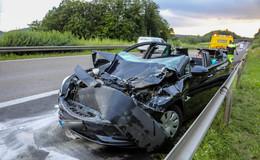 Schwerer Unfall auf der A 5: Auto prallt gegen LKW - Fahrer schwer verletzt
