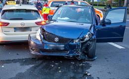Crash im Kreuzungsbereich: Taxi und Suzuki krachen ineinander