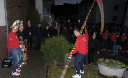 Fastnachtsfahne flattert nun vor der Tür von Bajazz Gregor Ruhl