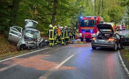 Frontalzusammenstoß zwischen zwei Pkw: Drei Personen schwer verletzt