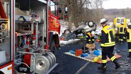 Alleinunfall: Pkw überschlägt sich und landet auf Dach - zwei Verletzte