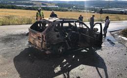 Auto komplett ausgebrannt - Feuer drohte auf Wald überzugreifen