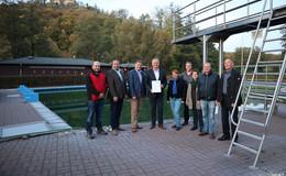 Bernd Woide überreicht Förderbescheid an Bürgermeister und Förderverein