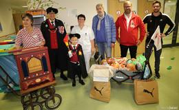 Feuermeister verteilt Süßes und Spielzeug an kleine Patienten im Klinikum
