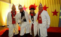 In morgendlicher Robe: Prinz Harald LXXIX. & Mannschaft feiern im Bademantel