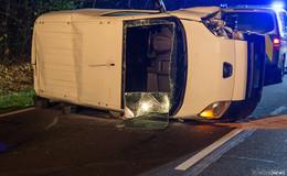 Schwerverletzt in Klinik! 36-Jähriger kracht mit Transporter gegen Laterne