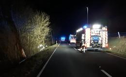 Feuerwehr im Einsatz: Auto auf Kreisstraße K 74 von Fahrbahn abgekommen