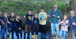 Junior Ranger helfen mit: Edelkrebse ziehen ins Rhöner Fließgewässer