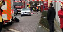 Während Rosenmontagsumzug: Mercedes-Fahrer rast in Menschenmenge