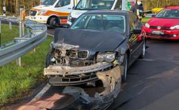 Auf der L3174: BMW kracht in Leitplanke - niemand verletzt
