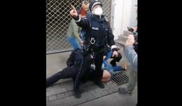 Illegale Corona-Demo eskaliert: Polizisten umzingelt, geschlagen und verletzt