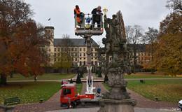 Goldene Lilie ist zurück: Barocke Floravase vor der Orangerie wieder vollständig