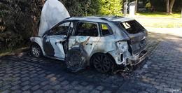 Auf dem Parkplatz vor der Jugendkulturfabrik: Skoda brennt komplett aus