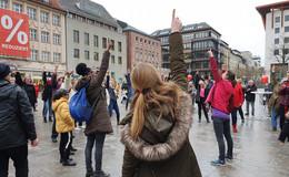 Tanzender Flashmob am Universitätsplatz: Solidarität für Opfer von Gewalt