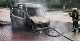 Feuerwehreinsatz auf A7: Transporter brennt auf Parkplatz Hummelskopf aus