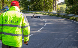 Von Fahrbahn abgekommen: Motorradfahrer (22) lebensgefährlich verletzt
