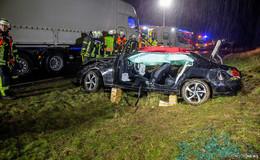 Schwerer Unfall auf der A66: Mercedes kracht in Lkw