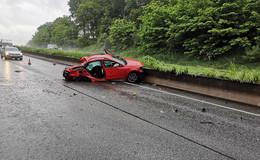 Auf regennasser Fahrbahn von Straße abgekommen: mehrfach überschlagen