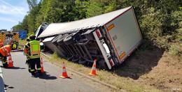 Lkw-Fahrer kommt von A 4 ab und landet im Graben - Verkehrsbehinderungen