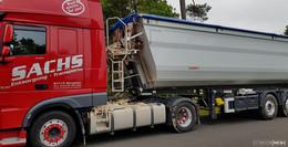 LKW übersieht Stauende: Tierabfälle und Fette auf Autobahn verteilt