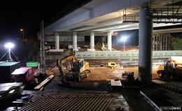 Tonnenschweres Gerüst über der Bahnstrecke: Vorbereitung für Brückenneubau