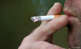 Rollstuhlfahrer fällt brennende Zigarette zwischen die Beine