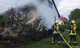 Feuer schnell unter Kontrolle: Buschbrand greift auf Wohnhaus über