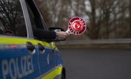 A 4-Fahrer vor Kontrolle geflüchtet - Polizeiauto bei Verfolgungsjagd gerammt