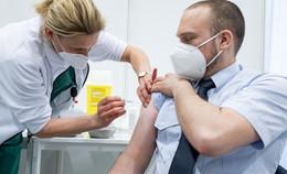Impfstart für die Feuerwehren: 200 Einsatzkräfte freuen sich über ihren Pieks