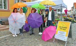 Versteigerung von bunten Schirme für einen guten Zweck
