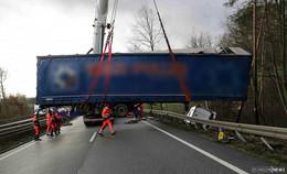 Sattelzug durchbricht Leitplanke auf A 4: Fahrer unverletzt