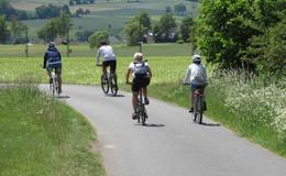 Freizeitspaß pur: Kanu- und Fahrradfahrer bei herrlichem Wetter unterwegs