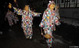 Tanzende Narren: Traditioneller Maskensprung lockt viele Besucher