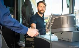Busfahrer und Fahrgäste werden mit Trennscheiben geschützt