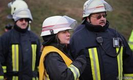 Steiselt es wieder? - Kreisbrandinspektorin Tanja Dittmar in der Warteschleife