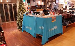 UNICEF verkauft Weihnachtskarten für den guten Zweck im Kaufhaus Karstadt