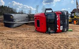 In Hanglage: Lkw auf Baustelle umgekippt - Fahrer befreit sich aus Fahrzeug