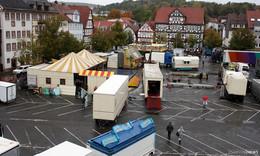 Lolls-Aufbau am Marktplatz gestartet: Die ersten Fahrgeschäfte sind da