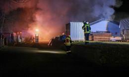 Großeinsatz für die Feuerwehren in Hauswurz: Lagerhalle in Flammen