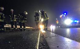 Transporter prallt auf Sattelzug - Fahrer nach Sekundenschlaf eingeklemmt