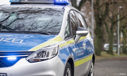 Audi durchfährt Straßengraben und beschädigtMaschendrahtzaun