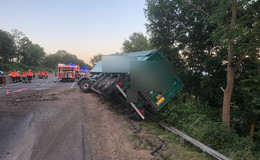 Lkw mit Gefahrgut am Abhang: Bergungsarbeiten auf der A4 bis zum Morgen