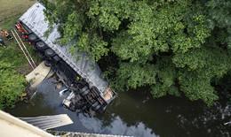 Sattelzug stürzt rund 15 Meter in die Tiefe: Taucher bergen Fahrer tot aus Fluss