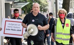 Frustrierte Kaufhof-Mitarbeiter demonstrieren für Erhalt ihrer Arbeitsplätze