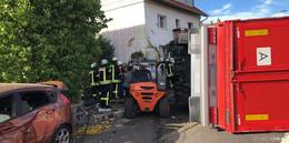 Bild der Verwüstung: Lkw rammt Autos und kracht in Hauswand