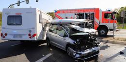 Wohnwagen mit Kleintransporter zusammengestoßen - Zwei Schwerverletzte